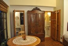 Ferienwohnung Schlafzimmer mit Blick auf Dusche und WC_1